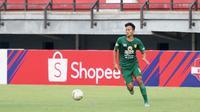 Bek muda Persebaya Surabaya, Koko Ari Araya, menjalani laga debutnya di kompetisi kasta tertinggi di Stadion Gelora Bung Tomo, Surabaya, Minggu (8/12/2019). (Bola.com/Aditya Wany)
