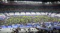 Para penonton laga Prancis versus Jerman memutuskan tetap bertahan di Stade de France, Paris, karena ada serangan bom yang terjadi di dekat lokasi tersebut pada Jumat (13/11/2015) malam waktu setempat. (AFP PHOTO / Matthieu Alexandre)