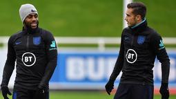 Bek Inggris Danny Rose (kiri) berbincang dengan gelandang Harry Winks saat mengikuti sesi pelatihan tim Inggris di St George's Park di Burton-on-Trent, Inggris tengah 7/10/2019). Inggris akan melawan Republik Ceko pada kualifikasi Euro 2020 di Praha. (AFP Photo/Paul Ellis)