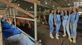 Sejumlah Sales Promotion Girl (SPG) berpakaian ala koboi menunggu pembeli di Mall Hewan Kurban, Kelapa Dua, Depok, Selasa (23/7/2019). Untuk Idul Adha 2019, mall hewan kurban ini menjual sapi dari Rp14 juta per ekor yang terendah sampai Rp180 juta untuk sapi super. (Liputan6.com/Herman Zakharia)