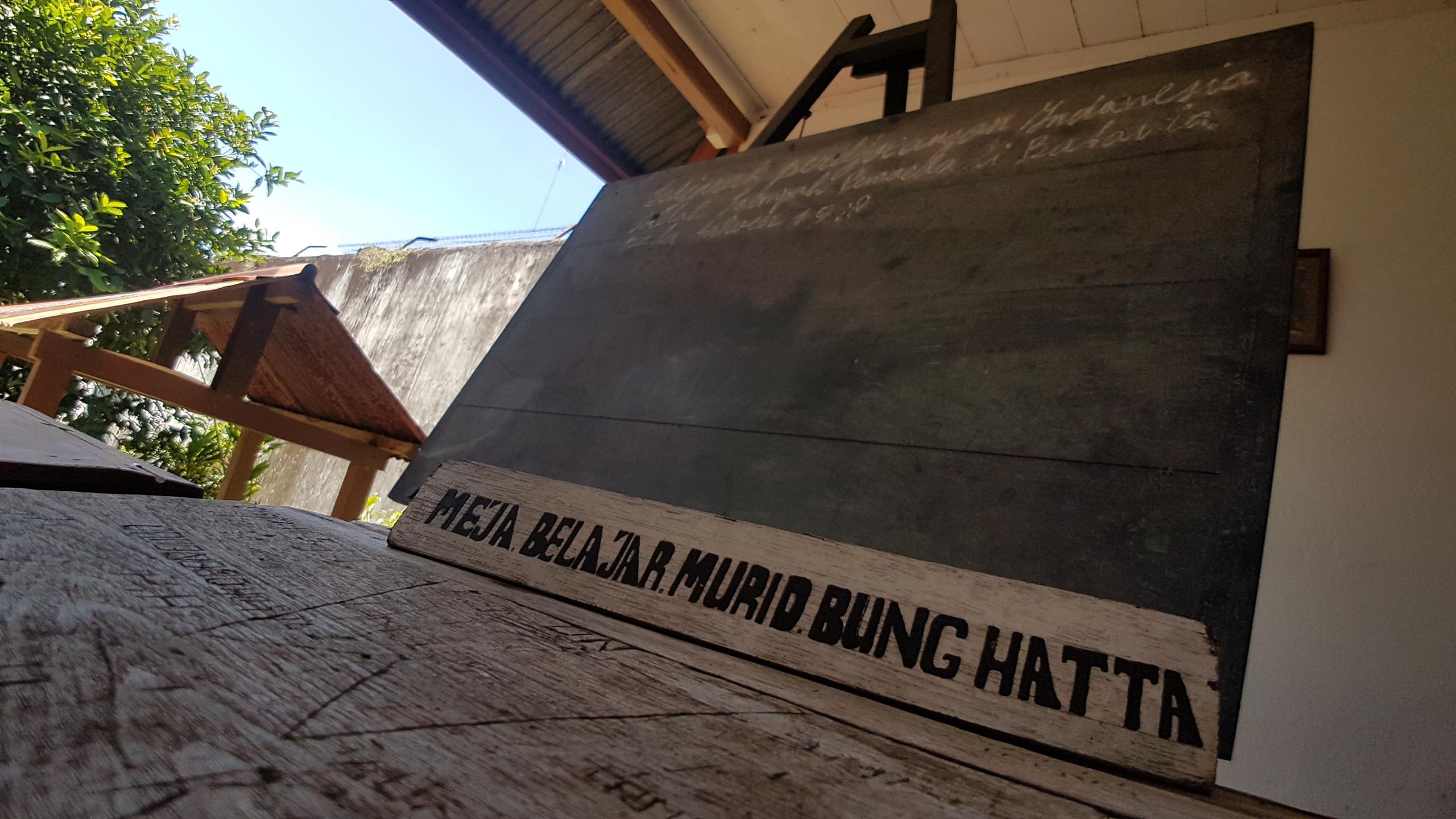 Meja dan papan tulis yang digunakan Mohammad Hatta untuk mengajar anak-anak warga sekitar di dekat rumah pengasingan di Jalan Hatta, Desa Dwi Warna, Kecamatan Banda, Banda Neira, Maluku. (Liputan6.com/Aditya Eka Prawira)
