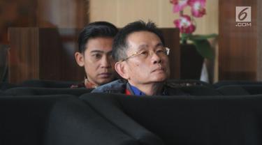 Pemilik PT Purna Arena Yudha (PAY), Simon Susilo menunggu untuk pemeriksaan di Gedung KPK, Rabu (6/2). Simon diperiksa sebagai tersangka kasus dugaan suap pengadaan barang dan jasa di lingkungan Pemkab Lampung Tengah tahun 2018. (Merdeka.com/Dwi Narwoko)