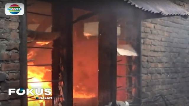 Menurut saksi sumber api berasal dari ledakan tabung gas elpiji yang bocor.