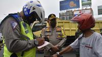 Polisi mendata ada 10 pengendara yang kena sanksi di hari pertama pemberlakuan Pembatasan Sosial Berskala Besar (PSBB) di Kabupaten Bogor, Rabu (15/04/2020). (Liputan6.com/Achmad Sudarno)