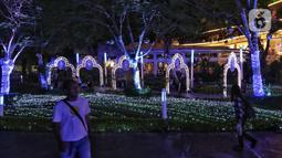 Dekorasi Natal menghiasi mal Central Park, Jakarta, Rabu (11/12/2019). Sejumlah pusat perbelanjaan di Jakarta mulai memasang dekorasi Natal untuk menarik minat pengunjung agar datang dan berbelanja. (Liputan6.com/Johan Tallo)