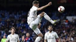 Gelandang Real Madrid, Marcos Llorente, mengontrol bola saat melawan Huesca pada laga La Liga Spanyol di Stadion Santiago Bernabeu, Madrid, Minggu (31/3). Madrid menang 3-2 atas Huesca. (AFP/Javier Soriano)