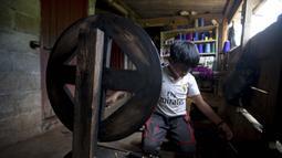 Juan Gabriel Vazquez memutar utas di rumahnya saat sekolah ditutup di tengah pandemi COVID-19, Nuevo Yibeljoj, Chiapas, Meksiko, 11 September 2020. Sejak sekolah ditutup pada Maret lalu, anak berusia 11 tahun itu menghabiskan waktu untuk bekerja di ladang kopi setiap hari. (AP Photo/Eduardo Verdugo)