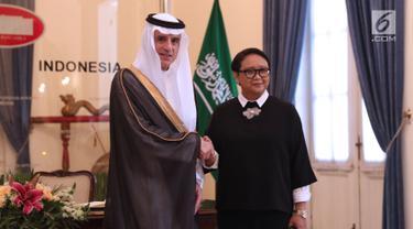 Menteri Luar Negeri Arab Saudi, Adel bin Al-Jubeir (kiri) bersalaman dengan Menteri Luar NegeriRepublik Indonesia, Retno Marsudi jelang pertemuan bilateral di Jakarta, Selasa (23/10). Pertemuan membahas isu strategis. (Liputan6.com/Helmi Fithriansyah)