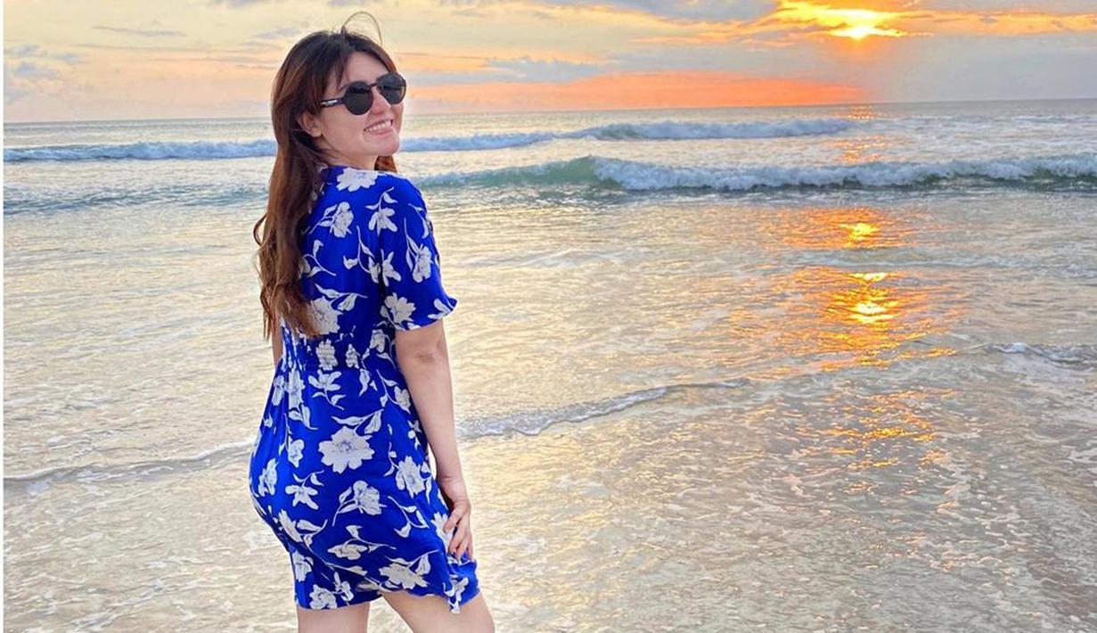 Melalui akun Instagram pribadinya, Via Vallen cukup aktif mengunggah gaya OOTD. Bahkan, penampilan Via dengan simple dress saat berlibur sering kali curi perhaian netizen. (Liputan6.com/IG/@viavallen)