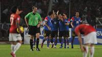 Para pemain Timnas Indonesia hanya bisa terdiam, kontras dengan timnas Malaysia usai membobol gawang Indonesia di final leg kedua Piala AFF 2010 di Jakarta. (AFP/Bay Ismoyo)
