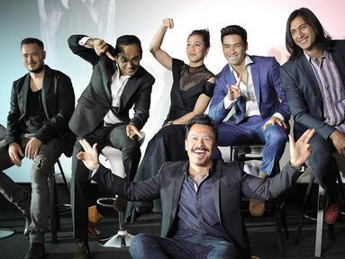Produser Mike Wiluan (tengah) foto bersama para pemain dalam press screening film Buffalo Boys, Jakarta, Rabu (18/7). Buffalo Boys mengadakan pemutaran perdana di Fantasia Film Festival Kanada dan New York Asian Film Festival. (Liputan6.com/Faizal Fanani)