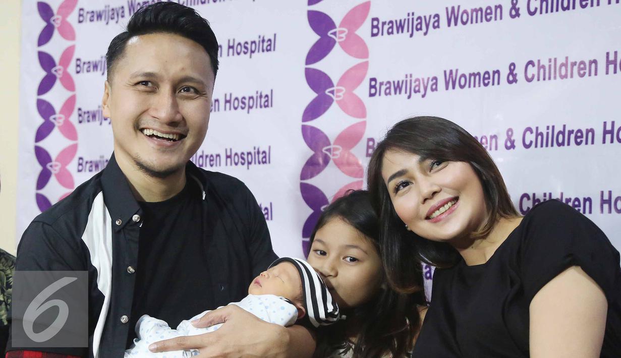 Arie Untung dan Fenita menggelar jumpa pers pasca kelahiran anak ke-3 mereka di RS Brawijaya, Jakarta, Kamis (25/8). Mereka dikaruniai anak ketiga dengan jenis kelamin laki-laki yang lahir di Jakarta, 23 Agustus 2016. (Liputan6.com/Herman Zakharia)