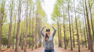 Luna Maya, seleb yang mengawali karier sebagai model iklan dan catwalk ini kerap berlibur dengan berkunjung ke berbagai negara. Seperti saat ia menikmati suasana alam yang sejuk di Nami Island, Korea Selatan. Di antara pohon rindang yang tinggi, Luna Maya terlihat ceria. (Liputan6.com/IG/@lunamaya)
