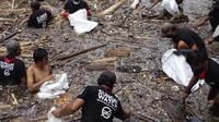 Proses sedang melakukan pembersihan sampah. (dok. Instagram @sungaiwatch/ https://www.instagram.com/p/CLGVQb0lexg/?igshid=w0xl67vlpbbr/ Melia Setiawati)