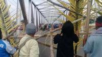 Perbatasan Kota Tual dan Kabupaten Maluku Tenggara diblokade warga, Senin, 18 September 2017. (Liputan6.com/Abdul Karim)