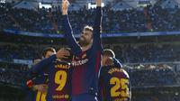 Bek Barcelona, Gerard Pique, merayakan kemenangan Barcelona di El Clasico 2017 dengan membuka tiga botol wine seharga Rp 85 juta. (AFP/Curto De La Torre)