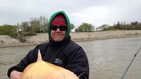Donovan dan regu memancingnya, Blackwater Cats Outfitter, menemukan ikan lele albino super langka.