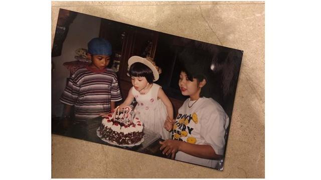 Momen saat Nikita meniup lilin di hari ulang tahunnya ini terlihat imut dan cantik.