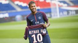 1. Neymar Jr – Diboyong PSG dari Barcelona dengan harga 222 juta euro menjadikan pria asal Brasil ini pemain termahal di dunia. Kelihaiannya dalam mengolah si kulit bundar membuat Les Parisiens tak ragu membajaknya ke Paris. (AFP/Lionel Bonaventure)