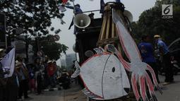 Massa KIARA membawa perangkap ikan saat aksi unjuk rasa di depan Gedung Kementerian Kelautan dan Perikanan, Jakarta, Rabu (17/10). Aksi tersebut menuntut tidak ada lagi perampasan ruang hidup masyarakat pesisir Indonesia. (Merdeka.com/Imam Buhori)