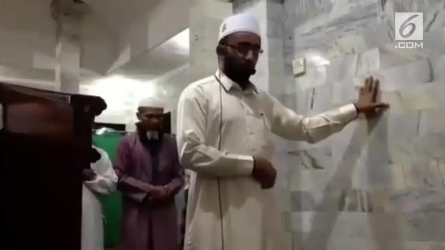 Viral rekaman seorang Imam masjid yang sedang memimpin salat saat gempa Lombok terjadi. Imam meneruskan salatnya walaupun tergoyang gempa.