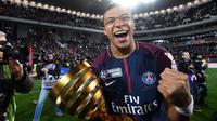 Senyum bahagia Kylian Mbappe saat timnya meraih Coupe De La Ligue di Stade Matmut Atlantique, Bordeaux, Sabtu (31/3/2018) waktu setempat. PSG menang 3-0. (AFP/Franck Fife)