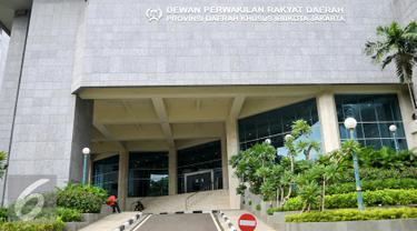 Suasana ruang lobi di kantor DPRD tampak sepi dari aktivitas, Jakarta, Jumat (1/4/2016). KPK segel 4 ruangan Komisi D DPRD DKI terkait penangkapan Mohammad Sanusi dalam Operasi tangkap tangan (OTT). (Liputan6.com/Yoppy Renato)