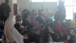 Calon penumpang menunggu pemberangkatan di Terminal Pulo Gebang, Jakarta, Selasa (4/5/2021). Jumlah penumpang yang berangkat dari Terminal Pulo Gebang terus meningkat jelang diberlakukannya aturan larangan mudik Lebaran mulai 6 Mei-17 Mei 2021. (Liputan6.com/Herman Zakharia)