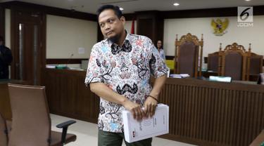 Panitera pengganti pada Pengadilan Tipikor Medan, Helpandi usai menjalani sidang pembacaan tuntutan di Pengadilan Tipikor, Jakarta, Kamis (14/3). Helpandi dituntut 8 tahun penjara serta denda senilai Rp 320 juta. (Liputan6.com/Helmi Fithriansyah)