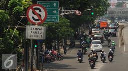 Rambu larangan parkir terpampang di sisi Jalan Mampang Prapatan, Jakarta, Jumat (12/8). Rambu larangan parkir dan berhenti yang ada akan disesuaikan dengan Peraturan Menhub No 34 Tahun 2014 tentang Marka Jalan. (Liputan6.com/Helmi Fithriansyah)