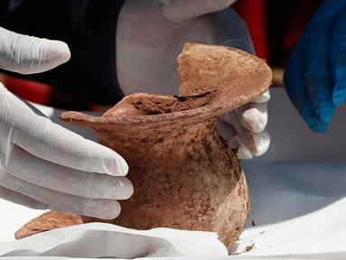 Arkeolog menunjukkan bejana pra-Hispanik yang ditemukan dalam penggalian di Kuil Kalasasaya, Tiwanaku, Bolivia, Rabu (18/9/2019). Arkeolog Bolivia menemukan bejana pra-Hispanik yang berusia lebih dari 400 tahun. (AP Photo/Juan Karita)