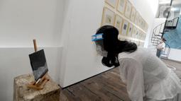 Pengunjung berjaga jarak fisik saat melihat pameran karya pelukis Hanafi berjudul 60 tahun dalam studio di Galerikertas, Depok, Jawa Barat, Selasa (7/7/2020). Gelerikertas membuka kembali pameran seni rupa  selama satu bulan. (merdeka.com/Arie Basuki)