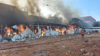 Kebakaran pasar di Jalan Peta Selatan, Kalideres, Jakarta Barat, Minggu (24/10/2021) sore. Sebanyak 60 kios hangus terbakar. (Istimewa)