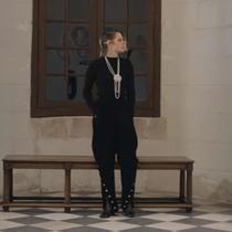 Kristen Stewart menghadiri pertunjukan koleksi terbaru Chanel di Château de Chenonceau, Prancis. (dok. Screenshoot Youtube Chanel)