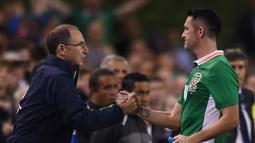 Robeie Keane bersalaman dengan pelatih Republik Irlandia, Martin O'Neill  saat ditarik keluar pada laga persahabatan melawan Oman di Stadion Aviva, Dublin, (31/8/206). (Reuters/Clodagh Kilcoyne)