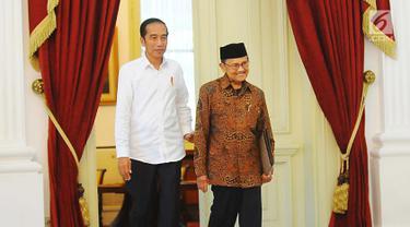 Presiden Joko Widodo atau Jokowi (kiri) saat menerima kunjungan Presiden ketiga RI BJ Habibie di Istana Merdeka, Jakarta, Jumat (24/5/2019). Habibie datang sekitar pukul 14.19 WIB mengenakan pakaian batik cokelat. (Liputan6.com/Angga Yuniar)