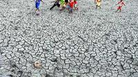 Masuki musim kemarau sejumlah tambak di daerah Galesong Utara, Takalar, Sulsel, mengalami kekeringan dan menurut BMKG Sulsel musim kemarau tersebut akan berlangsung hingga akhir September 2011.(Antara)