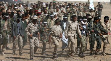 Pria berbaris mengikuti perekrutan anggota Houthi di Sanaa, Yaman, Selasa (3/1). (REUTERS / Khaled Abdullah)