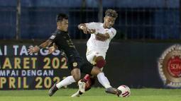 Pratama Arhan yang mendapatkan gelar Pemain Muda Terbaik Piala Menpora 2021 merupakan bek kiri PSIS yang atraktif. Tidak hanya mengawal area pertahanan dengan sangat disiplin, seperti ketika terus berduel dengan pemain sayap PSM, Yakob Sayuri pada babak perempat final. (Foto: Bola.com/Arief Bagus)