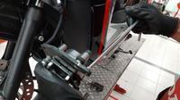 Ilustrasi penggantian kampas rem sepeda motor. (DAM)