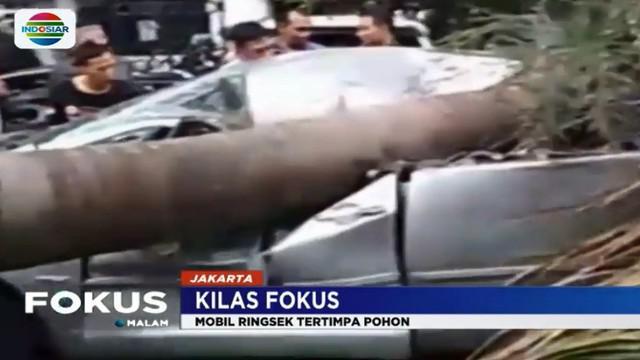 Beruntung tidak korban luka karena mobil tengah terparkir dan pemiliknya tengah salat di Masjid.