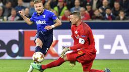 Pemain Lazio, Ciro Immobile mencoba mencetak gol ke gawang Salzburg pada leg kedua Liga Europa di Red Bull Arena, Austria, (12/4/2018). Salzburg lolos ke semifinal dengan agregat gol 6-5. (AP/Kerstin Joensson)