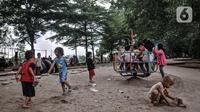 Anak-anak bermain di taman bermain kawasan Duren Sawit, Jakarta, Kamis (26/11/2020). Bermain dengan pendampingan orang tua menumbuhkan potensi kecerdasan secara optimal anak serta menurunkan frekuensi terjadinya stunting, terutama pada balita usia 2-3 tahun. (merdeka.com/Iqbal S. Nugroho)