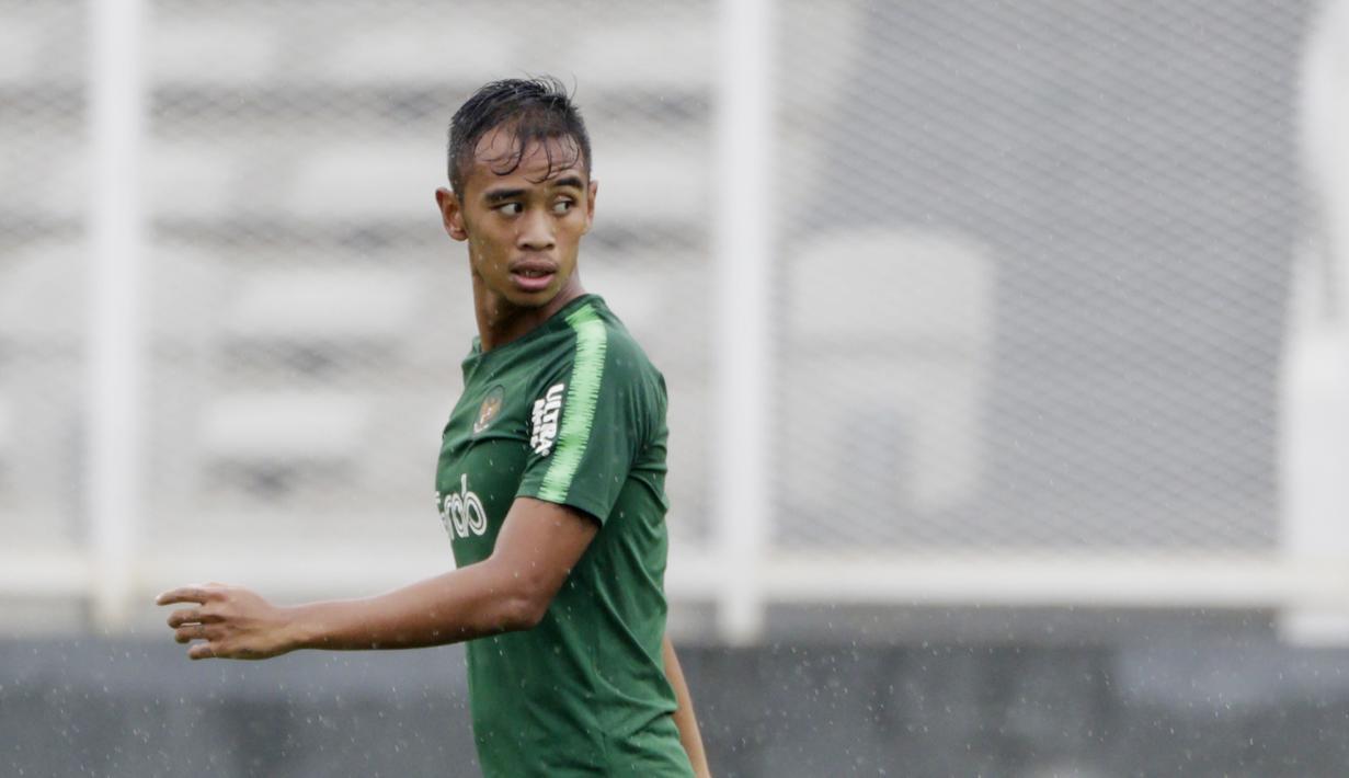 Pemain Timnas Indonesia U-22, Dallen Doke, saat latihan di Stadion Madya, Senayan, Senin (21/1). Pemain yang pernah merumput di Spanyol ini bertekad menembus skuat utama untuk tampil di Piala AFF U-22 2019. (Bola.com/M Iqbal Ichsan)