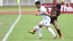 Pemain belakang PSM Makassar, Asnawi Mangkualam Bahar berebut bola dengan bek Shan United FC, Nanda Kyaw pada laga lanjutan Grup H Piala AFC 2020 di Stadion Madya Gelora Bung Karno, Jakarta, Rabu (26/2/2020). PSM Makassar unggul 3-1. (Liputan6.com/Helmi Fithriansyah)