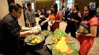 "Chef menyajikan makanan dalam festival kuliner ""Flavors of The World"" di Plaza Indonesia, Jakarta, Jumat (3/11). Festival kuliner internasional ini menampilkan menu dari belahan dunia yang berlangsung selama November 2017. (Liputan6.com/Johan Tallo)"