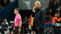 Reaksi pelatih Real Madrid, Zinedine Zidane menyaksikan tim asuhannya melawan Paris Saint-Germain (PSG) pada laga Grup A Liga Champions di Parc des Princes, Rabu (18/9/2019). Real Madrid kalah telak dengan skor 0-3. (AP Photo/Francois Mori)