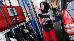 Petugas mengisi BBM ke kendaraan konsumen di SPBU Abdul Muis, Jakarta, Senin (2/7). PT Pertamina (Persero) menaikkan harga Pertamax, Pertamax Turbo dan Pertamina Dex mulai dari Rp500 hingga Rp900 per liter mulai 1 Juli 2018. (Liputan6.com/Johan Tallo)