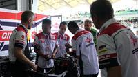 Tiga mekanik federal oil mendapat kesempatan langsung untuk bertemu Tim Federal Oil Gresini Moto2 (FOGM2) di Sepang, Malaysia.