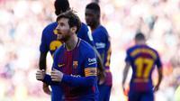 Penyerang Barcelona, Lionel Messi melakukan selebrasi usai mencetak gol ke gawang Athletic Bilbao di stadion Camp Nou, Spanyol (18/3). Messi berjoget usai mencetak gol dan membawa timnya menang 2-0. (AP Photo / Manu Fernandez)